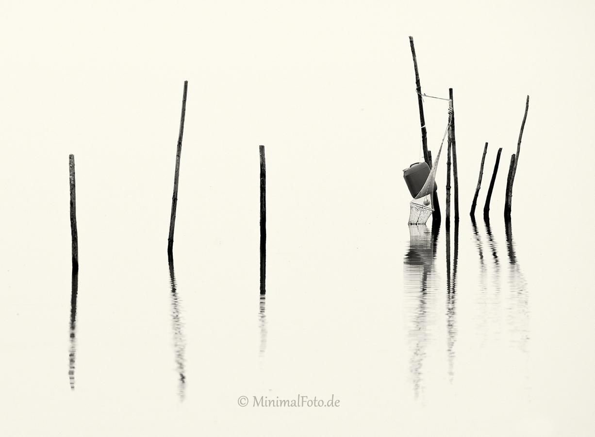 Fisch-Reuse-Silhouette-black-white-schwarz-weiss-silhouette-minimalismus-minimalistisch-minimalistic-fish-trap-Stangen-pole-waterA_NIK500_0917sw