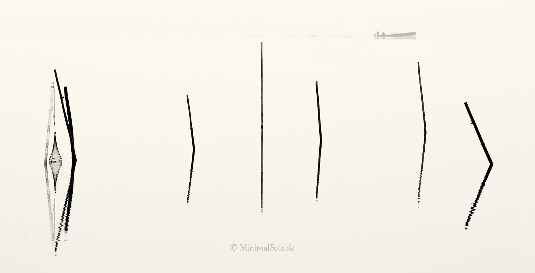 wasser-Fisch-Reuse-Silhouette-black-white-schwarz-weiss-silhouette-minimalismus-minimalistisch-minimalistic-fish-trap-Stangen-pole-waterA_NIK500_0912sw