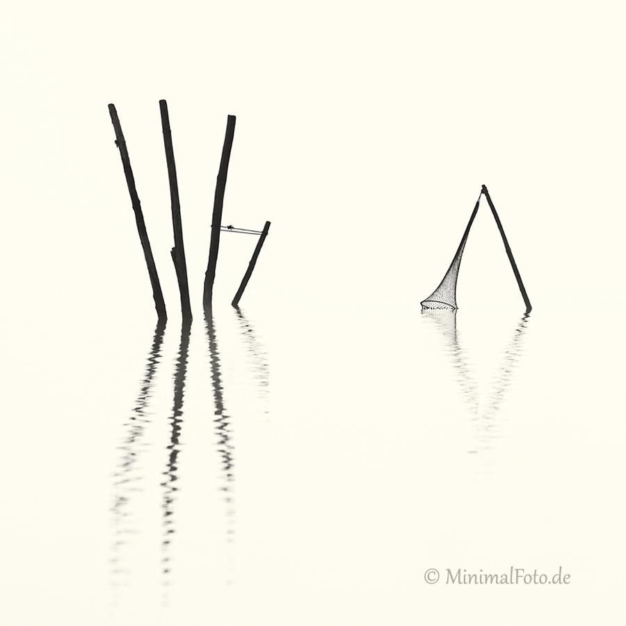 wasser-Fisch-Reuse-Silhouette-black-white-schwarz-weiss-silhouette-minimalismus-minimalistisch-minimalistic-fish-trap-Stangen-pole-waterA_NIK5987a-sw