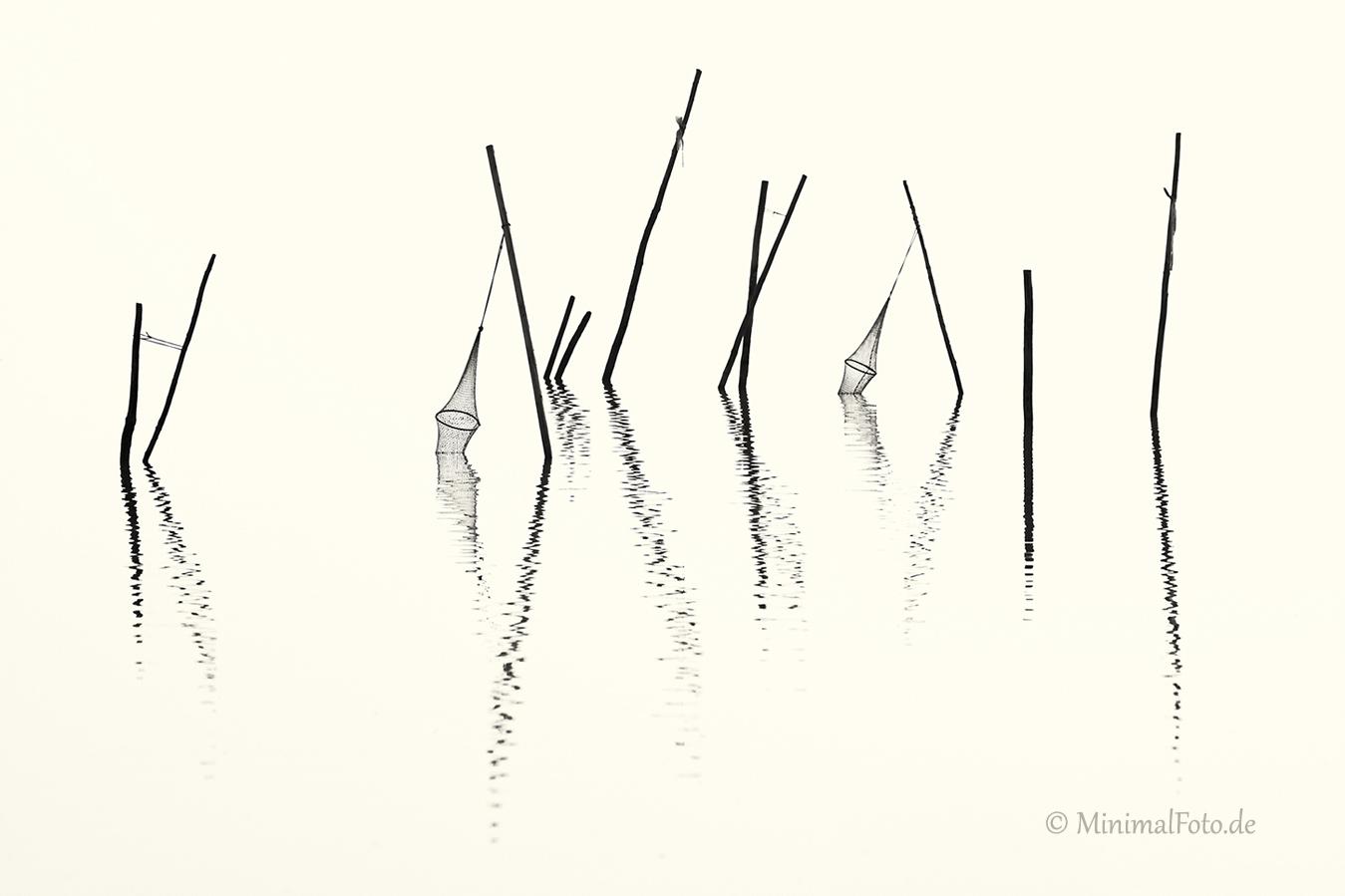 wasser-Fisch-Reuse-Silhouette-black-white-schwarz-weiss-silhouette-minimalismus-minimalistisch-minimalistic-fish-trap-Stangen-pole-waterA_NIK5994-sw