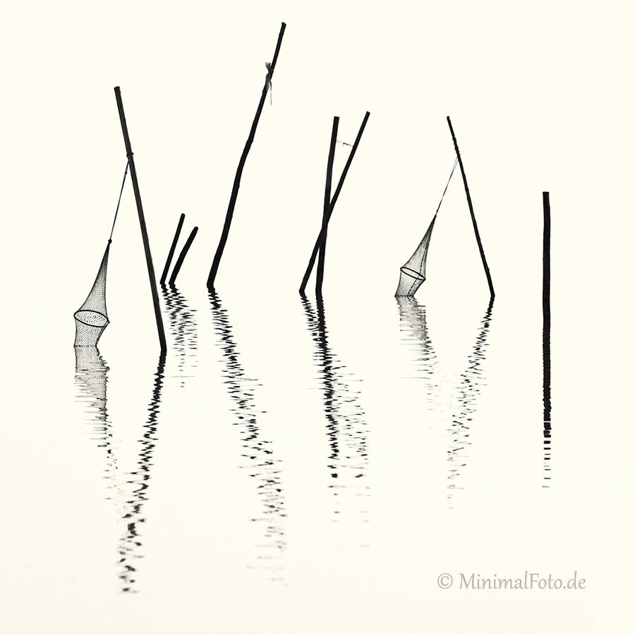 wasser-Fisch-Reuse-Silhouette-black-white-schwarz-weiss-silhouette-minimalismus-minimalistisch-minimalistic-fish-trap-Stangen-pole-waterA_NIK5994a-sw