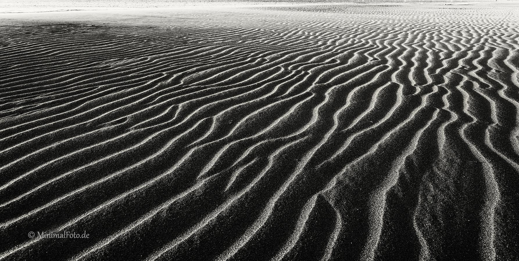 Sand-ripple-rippen-strukturen-kueste-coast-Landschaft-landscape-Minimalismus-minimalistisch-minimalistic-black-white-schwarz-weiss-Frankreich-DXO1I1081-sw