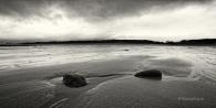 coast-kueste-sand-rock-fels-stein-stone-Landschaft-landscape-Minimalismus-minimalistisch-minimalistic-black-white-schwarz-weiss-Irland-A-Sony_DSC2494a-sw