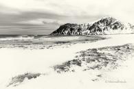 winter-snow-schnee-Landschaft-landscape-Minimalismus-minimalistisch-minimalistic-black-white-schwarz-weiss-Norwegen-Lofoten-Bucht-beach-I_MG_7639-sw