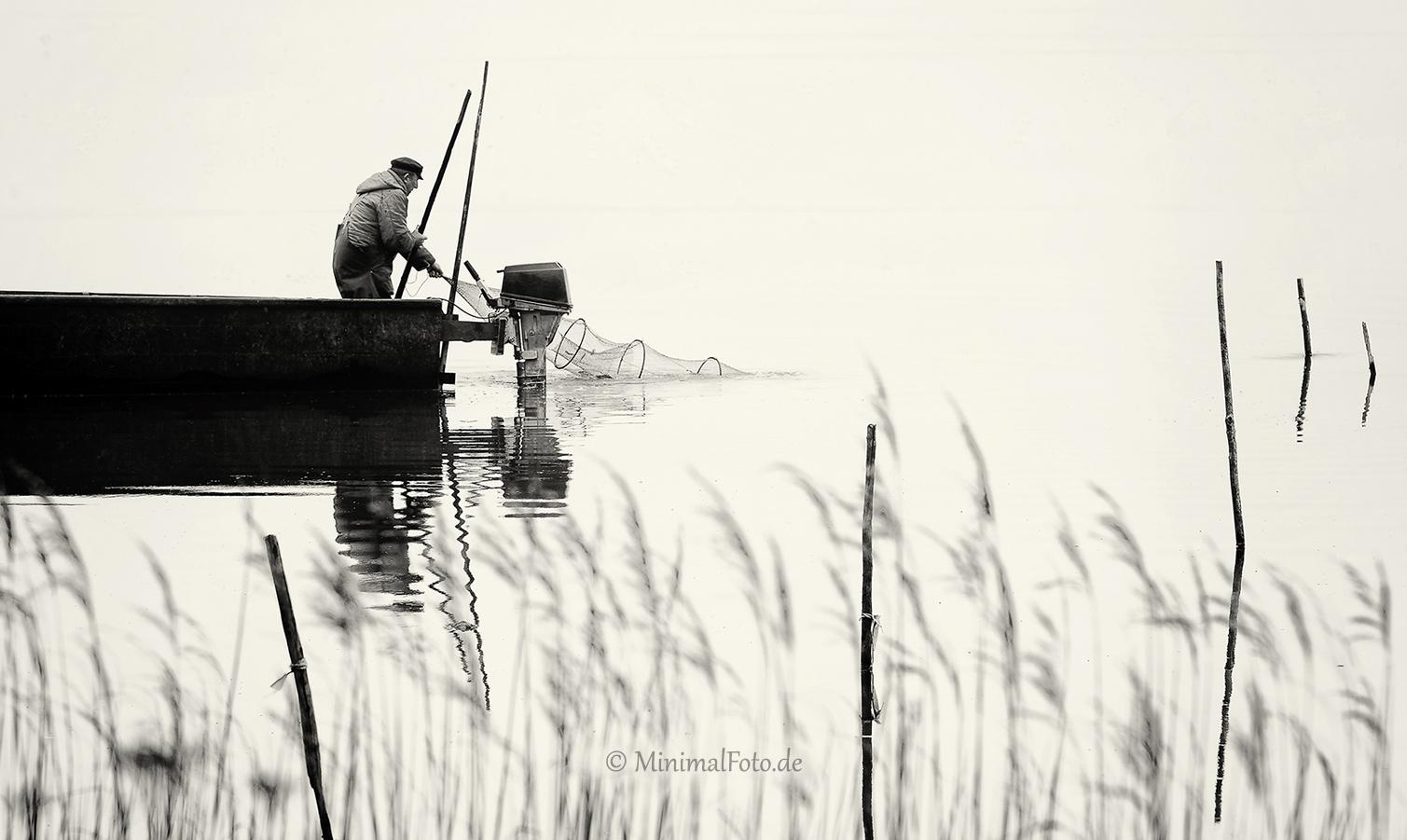 Mann-man-Fisherman-Fischer-Boot-boat-See-Lake-Minimalismus-minimalistisch-minimalistic-people-Menschen-Silhouette-black-white-schwarz-weiss-2_DSC7091sw