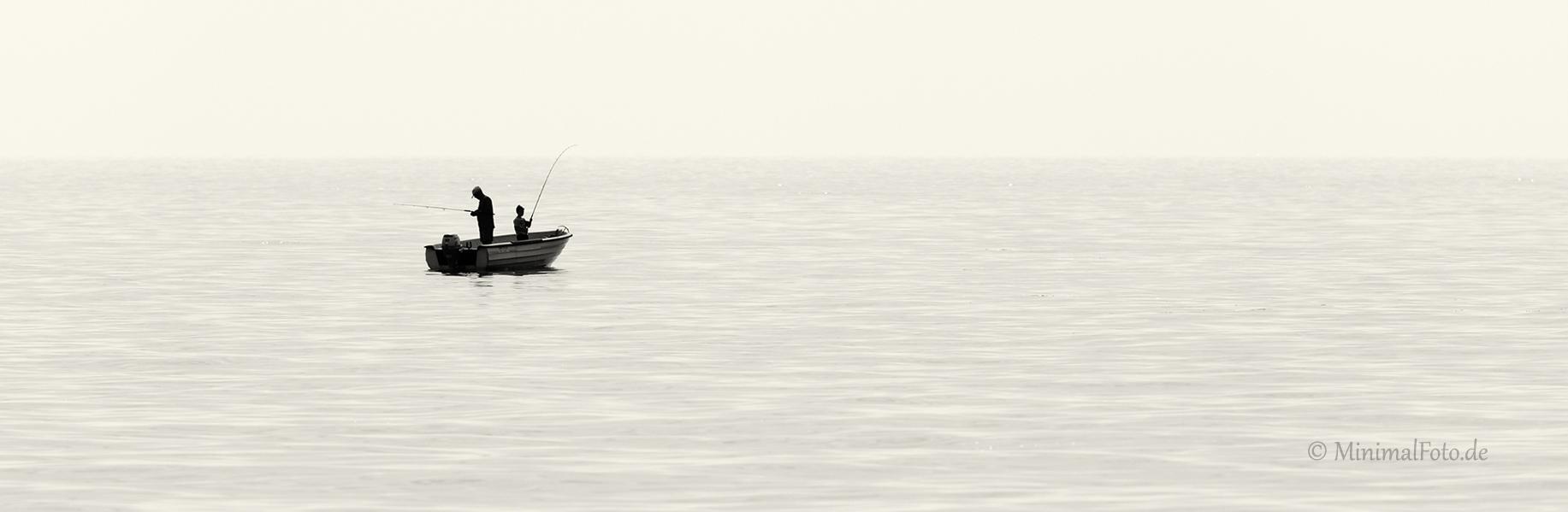 Meer-sea-Vater-sohn-fischen-fishing-angeln-boot-father-son-See-Lake-Minimalismus-minimalistisch-minimalistic-people-Menschen-Silhouette-black-white-schwarz-weiss-1_DSC0121a-sw