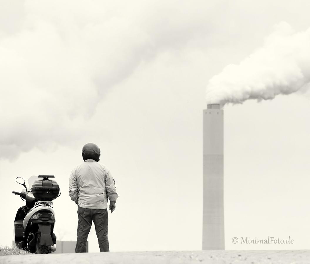 Schornstein-Raucher-smoker-stack-Minimalismus-minimalistisch-minimalistic-people-Menschen-Silhouette-black-white-schwarz-weiss-G_O1I5955-sw