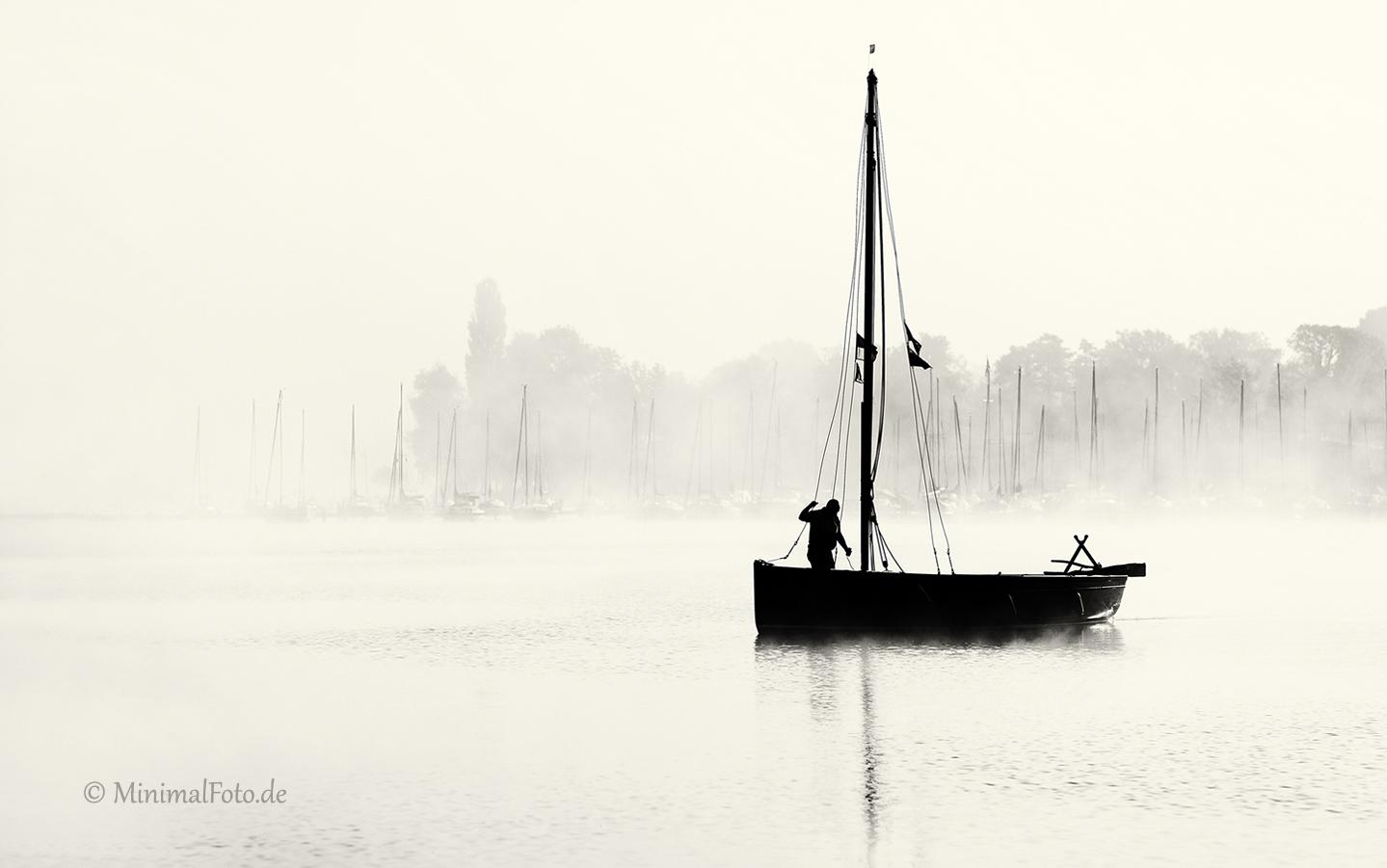 boot-boat-fog-nebel-neblig-misty-See-Lake-Minimalismus-minimalistisch-minimalistic-people-Menschen-Silhouette-black-white-schwarz-weiss-B_DSC1135sw