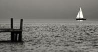Segel-boot-segler-See-Lake-Minimalismus-minimalistisch-minimalistic-people-Menschen-Silhouette-black-white-schwarz-weiss-A_NIK7032sw