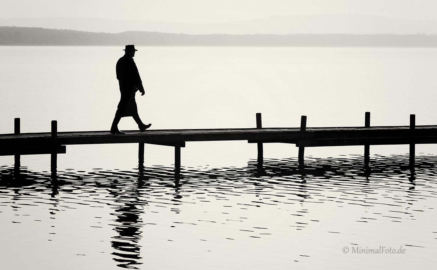 gehen-walking-Mann-man-Steg-jetty-See-Lake-Minimalismus-minimalistisch-minimalistic-people-Menschen-Silhouette-black-white-schwarz-weiss-E_O1I0798a-sw